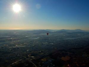 朝日に照らされる筑波山と熱気球