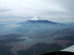 山梨県富士河口湖町上空9000ft、河口湖と富士山