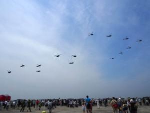 自衛隊ヘリコプターの編隊飛行